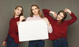 Emotiesreeks van jonge vrouw bij studioachtergrond Stock Foto's