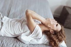Emotional erschöpfte Frau, die auf Bett schreit Stockfotografie