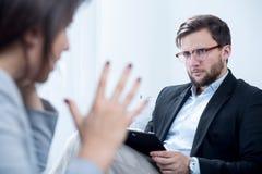 Emotional instabile Frau während der Psychotherapie stockfotografie