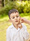Emotional Porträt eines kleinen Kindes lizenzfreies stockfoto