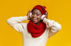 Free Emotional Winter Black Girl In Headphones Listening To Music Stock Photography - 163753452