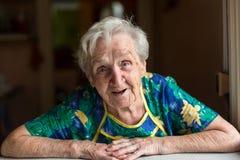 Emotionale ältere Frau des Porträts glücklich lizenzfreies stockbild