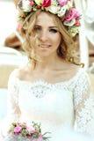 Emotionale berührte schöne blonde Braut im weißen Kleid im wreat Lizenzfreie Stockfotografie