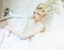 Emotionale blonde Braut der Schönheit im Luxusglücklichen Innenc$träumen Stockfotografie
