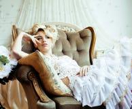 Emotionale blonde Braut der Schönheit im Luxusglücklichen Innenc$träumen Stockbilder