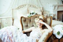 Emotionale blonde Braut der Schönheit im Luxusinnenraum Lizenzfreies Stockbild
