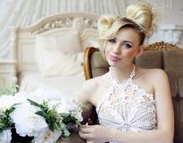 Emotionale blonde Braut der Schönheit im Luxusinnenraum Stockfotografie