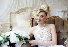Emotionale blonde Braut der Schönheit im Luxusinnenraum Stockbilder