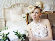 Emotionale blonde Braut der Schönheit im Luxusinnenraum Lizenzfreie Stockfotos