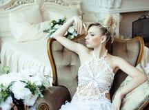 Emotionale blonde Braut der Schönheit im Luxusinnenraum Lizenzfreie Stockfotografie