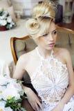 Emotionale blonde Braut der Schönheit im Luxusinnenraum Lizenzfreie Stockbilder