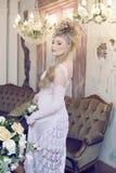 Emotionale blonde Braut der Schönheit im Luxusinnenraum Stockfotos