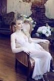 Emotionale blonde Braut der Schönheit im Luxusinnenraum Lizenzfreies Stockfoto