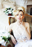 Emotionale blonde Braut der Schönheit im Luxusinnenraum Stockbild
