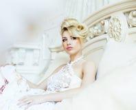 Emotionale blonde Braut der Schönheit im Luxusinnenträumen, verrückt Stockbild