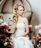 Emotionale blonde Braut der Schönheit im Luxusinnenträumen, verrückt Lizenzfreies Stockbild