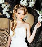 Emotionale blonde Braut der Schönheit im Luxusinnenträumen, verrückt Stockfotografie