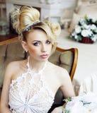 Emotionale blonde Braut der Schönheit im Luxusinnenträumen, verrückt Lizenzfreies Stockfoto