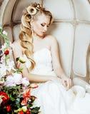 Emotionale blonde Braut der Schönheit im Luxusinnenträumen, verrückt Lizenzfreie Stockbilder