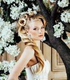Emotionale blonde Braut der Schönheit im Luxusinnenträumen, verrückt Lizenzfreie Stockfotografie