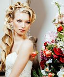 Emotionale blonde Braut der Schönheit im Luxusinnenträumen, verrückt Lizenzfreie Stockfotos