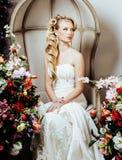 Emotionale blonde Braut der Schönheit im Luxusinnenträumen, verrückt erschweren Frisur Stockbilder