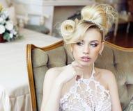Emotionale blonde Braut der Schönheit im Luxusweiß färbte Innenraum, Lebensstilkunst-Leutekonzept Lizenzfreie Stockbilder