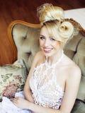 Emotionale blonde Braut der Schönheit in Luxusglücklichem Bett Innendreami Stockbilder