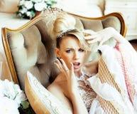Emotionale blonde Braut der Schönheit in Luxusglücklichem Bett Innendreami Stockfotos