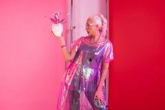 Emotionale blonde Ruhestandsfunktion als Modell im Schießen lizenzfreies stockfoto