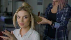 Emotionale Blondine in einem Stuhlschönheitssalon Berufsstilist stock video