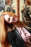 Emotionale Blondine mit dem langen Haar lachend über die Kamera, gekipptes h Stockbild