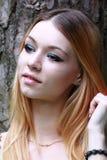 Emotionale Blondine mit Warteblicken des langen Haares hinter der Kamera Lizenzfreies Stockfoto