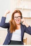 Emotionale erfolgreiche Geschäftsfrau von 25 Jahren mit dem Telefon Stockbild