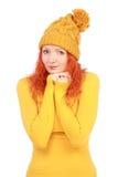 Emotionale Frau im gelben Hut und in der Bluse stockbilder