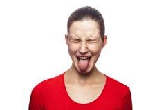 Emotionale Frau mit rotem T-Shirt und Sommersprossen Lizenzfreie Stockfotografie