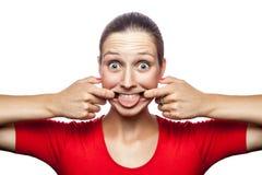 Emotionale Frau mit rotem T-Shirt und Sommersprossen Lizenzfreie Stockfotos