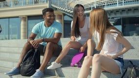 Emotionale Freunde, die faszinierende Nachrichten teilen stock video footage