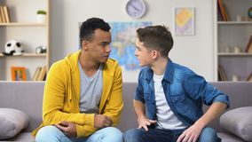 Emotionale gemischtrassige Jugendfreunde, die Streit, Mangel an Verständnis haben stock footage
