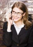 Emotionale Geschäftsfrau in der glücklichen lächelnden Unterhaltung der Gläser am Telefon, blondes Haar auf weißem Hintergrund Lizenzfreie Stockbilder