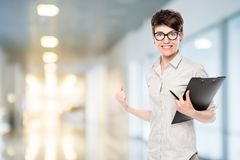 Emotionale glückliche Frau mit den Gläsern erfolgreich im Geschäft stockfoto