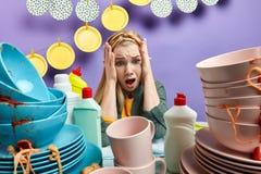 Emotionale hilflose Frau in der Panik, deprimiert mit Waschvorgang lizenzfreie stockbilder