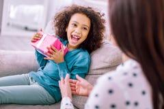 Emotionale kleine weibliche Person, die ihre Mutter betrachtet lizenzfreies stockbild