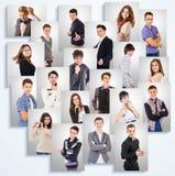 Emotionale Porträtfotos der jungen Leute auf der weißen Wand Stockbild