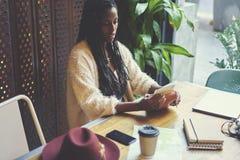 Emotionale schöne afroe-amerikanisch Frau Lizenzfreie Stockfotos