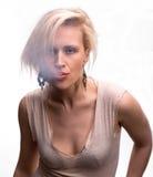 Emotionale sexy Frau, die mit Zigarette aufwirft Lizenzfreies Stockbild