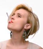 Emotionale sexy Frau, die mit Zigarette aufwirft Lizenzfreie Stockfotografie