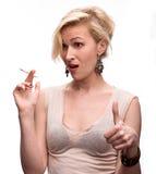 Emotionale sexy Frau, die mit Zigarette aufwirft Lizenzfreie Stockfotos