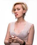 Emotionale sexy Frau, die mit Zigarette und Match aufwirft Stockbild