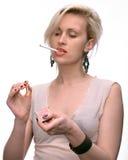 Emotionale sexy Frau, die mit Zigarette und Match aufwirft Lizenzfreies Stockbild